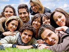 ¿Sabías que la ausencia de amigos es tan malo como el alcoholismo o la adicción al tabaco? ¿Y que haciendo un seguimiento a 1.500 personas durante una década, científicos australianos han llegado a la conclusión de que en los individuos con un amplio círculo de amigos el riesgo de fallecer se reducen un 22%? Sin obviar que el papel de los colegas en la infancia es crucial, ya que reduce tanto la obesidad como la depresión.