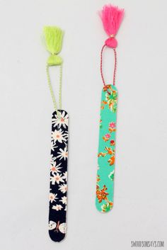How To Make A No Sew Fabric Bookmark with craft sticks (aka popsicle sticks) - this is a fast no sew fabric craft that makes the cutest diy bookmarks!