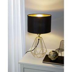 Afin d'avoir un intérieur rayonnant, laissez-vous séduire par les belles teintes dorées de cette lampe abat-jour. Avec son pied épuré aux formes géométriques et assorti à l'intérieur de l'abat-jour, cette lampe de table fait fureur partout dans le monde.