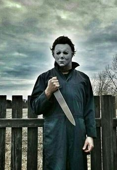 No one like MICHAEL MYERS to hold a big huge kitchen knife with style.