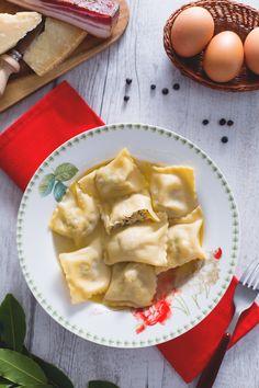 I #ravioli con brodo di cappone sono un primo piatto immancabile sulla tavole invernali, in particolare su quelle delle #Feste ...morbidi fagottini di pasta all'uovo che racchiudono un ripieno saporito! #Giallozafferano #recipe #ricetta