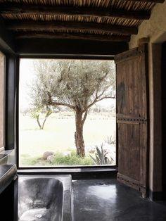 piso queimado ou LNF preto e detalhe de tachoes na janela