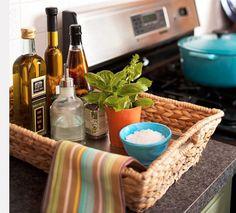 Öl, Salz, Kräuter etc. in einem Korb gruppiert - das Küchentuch weckt textiles Interesse und ist ein schöner Farbtupfer!