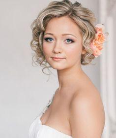 Faux Bob Friisur zur Hochzeit - gelockte Haare mit Rose