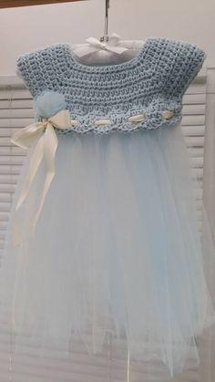 Crochet and tulle baby dress. Pattern inspired from: http://www.theviewfrommyhook.net/2014/07/free-pattern-friday-kassia-empire-waist.html?spref=pi   ༺✿ƬⱤღ http://www.pinterest.com/teretegui/✿༻: