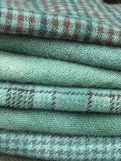 Das wäre ein Traum in mint This soothing color has always been a favorite of mine. Paired with an elegant taupe Shades Of Turquoise, Shades Of Green, Textiles, Tartan, Plaid, Turquoise Cottage, Soothing Colors, Wool Fabric, Slytherin