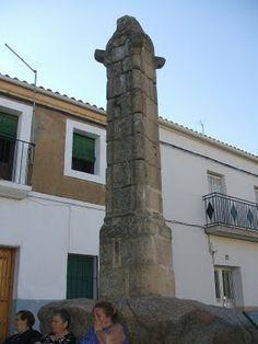 El Rollo Jurisdiccional de Arroyo de la Luz se encuentra subido a una roca junto a la carretera de Alcántara.
