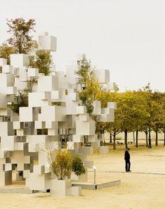 L'architecte japonais Sou Fujimoto vient de réaliser cette installation composée de cubes d'aluminium de différentes tailles, dont certains servent de réceptacles à des arbres.