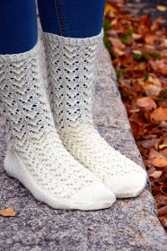 KARDEMUMMAN TALO: Ohje Syysunelma -pitsiin Lace Socks, Knitted Slippers, Slipper Socks, Crochet Slippers, Knit Crochet, Lace Knitting, Knitting Stitches, Knitting Socks, Foot Socks