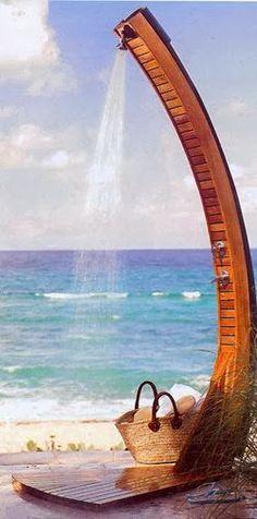 Você já pensou em ter uma ducha no jardim? Nas casas de praia são indispensáveis, se tem piscina são interessantes, e mesmo que o seu cas...