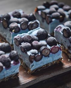 (Español abajo) These blueberry slices make me feel like I'm in some cold snowy mountain. ✨ . Estos pedazos de pastel con arándanos se miran como una montaña fría con hielo. ✨ . Filling Ingredients 2 cups of soaked cashews (24 hrs) 1/3 of a cup of coconut oil (warm) 1/4 of butterfly pea tea or coconut water(not cold) 1/4 of a cup of maple syrup (not cold) 1 tbsp of pumpkin spice 1 tbsp of maca powder (optional) 2 tsp of vanilla paste . . Topped with 1 1/2 cups of blueberries . . . Crust…