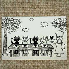 イラストレーター おかべてつろうさんが描くポストカード。 表情豊かなネコたちが彩る暮らしの中のワンシーンからは、どれもあたたかく、楽しい雰囲気が伝わってきます。記入面にも、それぞれのストーリーに合わせたイラストが描かれており、両面ともお楽しみいただけます♪  こちらは、ツヤのある黒いインクで、盛り上がりのある特殊印刷がほどこされた新シリーズ。気持ちを込めて手書きのメッセージを送りたいときはもちろん、お家やお店などのインテリアにも。楽しい雰囲気を醸しながらも、贈り物や空間を大人っぽくまとめてくれます♪  サイズ:148×100mm(標準ハガキサイズ) 日本製(OKABE TETSURO) ...