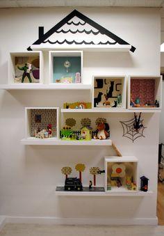 Muito bacana a ideia de Criar uma Casa de Brinquedos, que sirva (e muito bem), pra decorar. Depois da criança brincar é só manter tudo organizado! Imagino uma dessas em um Corredor que ligue os Quartos, ou leve ao Lavabo ou Banheiro... Todos que virem, com certeza ficarão encantados.