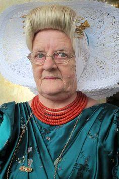 Deze dame uit Arnemuiden draagt nog altijd dagelijks de dracht. #Arnemuiden