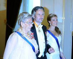 2011 Prinsesse Astrid, Ari Behn og prinsesse Märtha Louise  på vei til gallamiddag på slottet. Godt bilde av tiaraer, øredobber og brosjer.