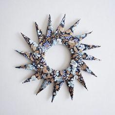 Origami stjerne ⭐️⭐️⭐️ #origami #star #vintagewallpaper #julen2015 #tapet #diy #christmas