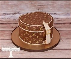Louis Vuitton cake - stencilled monogram used Louis Vuitton Cake, White Louis Vuitton, Louis Vuitton Handbags, Louis Vuitton Monogram, Vuitton Bag, Hat Box Cake, Bag Cake, Coco Chanel Cake, Suitcase Cake