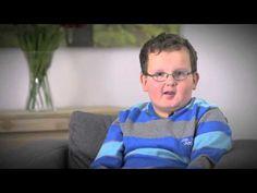 Gehandicapte jongen Bram naar gewone school - YouTube bram is een jongen met een meervoudige handicap. hij kan niet praten of lopen, hij gaat wel naar een gewone scholl. Ze wilken hem een zo normaal mogelijk leven laten  lijden.