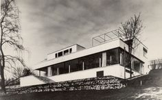 Tugendhat Villa Brno: Mies van der Rohe house in the Czech Republic - Modernist home info & architecture photos - Modern Czech building Ludwig Mies Van Der Rohe, Architecture Drawings, Classical Architecture, Modern Buildings, Beautiful Buildings, Villa Tugendhat, Walter Gropius, Art Deco, Building Art