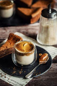 Cette recette de café au lait mousseux, c'est comme un petit dessert. On a l'impression de boire un nuage de café. Morning Coffee, Coffee Time, Tea Time, Mousse, Hot Chocolate, Panna Cotta, Brunch, Wallpaper Art, Sweets