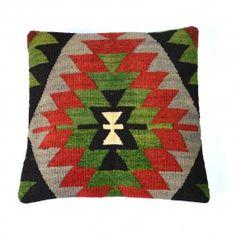 Coussin kilim chevrons rouge, vert et noir #deco #ethnique #chic http://www.cabaneindigo.com/coussin-kilim/760-coussin-kilim-chevrons-rouge-noir-vert.html