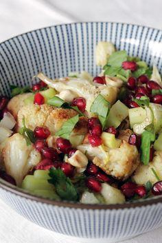 Essen auf den Tisch | Salat mit geröstetem Blumenkohl und Haselnüssen | http://essenaufdentisch.de