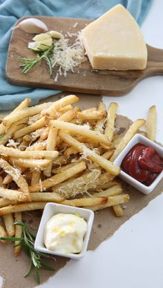 lovely presentation of Rosemary Parmesan Fries Veggie Recipes, Real Food Recipes, Cooking Recipes, I Love Food, Good Food, Yummy Food, Tasty, Enjoy Your Meal, Plat Simple