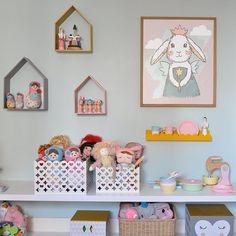 Trio nicho casinha + caixas coração + prateleira wave + muitos brinquedos = quarto lindo e divertido!  Móveis da www.cadodesign.com.br #decoracaodequartoinfantil #nicho #nichoinfantil #prateleira #caixainfantil #quartoinfantil #quartodecrianca #quartodebebe #designinfantil #cadodesign #crianca
