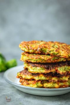 Four Kitchen Decorating Suggestions Which Can Be Cheap And Simple To Carry Out Stack Of Crispy Courgette And Sweetcorn Fritters With A Dollop Of Yogurt And Spring Onions On A Plate. Sweetcorn Fritters Recipe, Zucchini Fritters, Easy Weeknight Dinners, Easy Meals, Joe Wicks Recipes, Vegetarian Recipes, Healthy Recipes, Curry Recipes, Zucchini