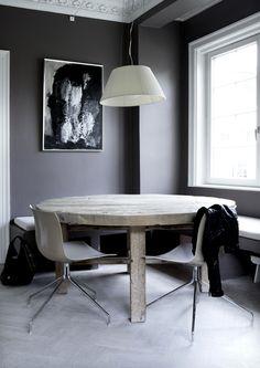 madera + grises y crudos...se consigue un efecto muy elegante con piezas baratas...mesa vieja + silla nueva ...arte moderno + moldura antiguo...lo que brilla + lo mate... y esa lámpara que es la imagen viva de la belleza de lo simple ...ahora lo ves ?