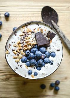 Vanilla smoothie bowl with dark chocolate and fresh blueberries #ACEworldwide #yummy #smoothie #chocolate #blueberry #summer #foodie #delicious