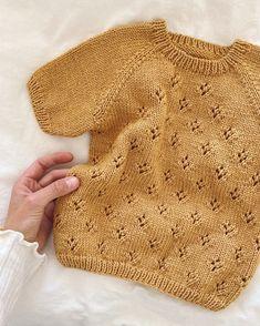 Norske oppskrifter - Baby – PetiteKnit Baby Sweater Knitting Pattern, Lace Knitting Patterns, Lace Patterns, Summer Blouses, Summer Shirts, Knitting For Kids, Baby Knitting, Dk Weight Yarn, Crochet Bebe