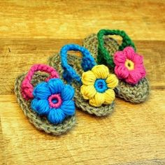 crocheted baby sandals - so cute they make you want to learn how to crochet! Love Crochet, Crochet For Kids, Crochet Flowers, Knit Crochet, Crochet Sandals, Crochet Baby Booties, Crochet Slippers, Baby Slippers, Crochet Crafts
