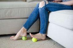 massez-vous les pieds avec une balle de tennis
