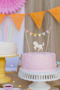 Bolo simples e lindo com topper de cavalinho pro aniversário de uma menina