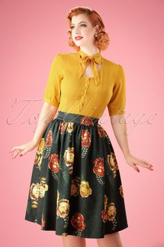 Feel like the most prettiest girl in the world in this 50s Marigold Flare Skirt in Black! Every garden needs a rose and every autumn wardrobe needs Marigold ;-) This beautiful semi-swing skirt features handy side pockets and elegant pleats. She's worn high at the waist, giving you a super feminine silhouette, oh la la. Made from a sturdy yet supple, smooth, black fabric with a light stretch and a stunning roses print in autumn tones. You'll bring a little bit of autumn wonder to any r...
