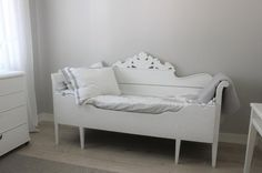Puusohva Farmhouse Daybeds, Sofa, Couches, Summer Cabins, Old Furniture, Toddler Bed, Sweet Home, Interior, Cottage Ideas
