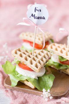 Waffel-Herzchen - Waffel Sandwich mit Tomate und Mozzarella