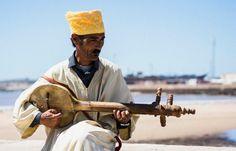 Si he de disparar que sean notas si he de matar que sea de gusto si he de gritar que sea cantando si he de hacer fuego... que sea con besos... ............ Fot.: OAndrade #musico #musician #marruecos #morocco #africa #essaouira #gente #people #musica #music ............  Joy Division - Love Will Tear Us Apart