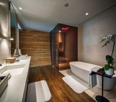 idée de salle de bain moderne avec mur d'accent en bois