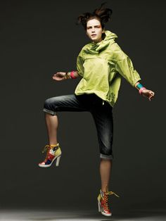 Punch-colored sportswear earns street cred with gritty denim, hardy bangles, and kick-ass heels. Fashion Games, Sport Fashion, Fitness Fashion, Ski Fashion, Winter Fashion, Sporty Outfits, Sporty Style, Sporty Swimwear, Pants For Women
