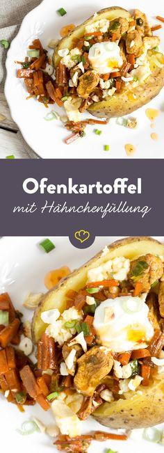 Ofenkartoffel á la Pollo: Mit einer Füllung aus saftigem Hähnchenfleisch, knackigen Karotten, Frühlingszwiebeln, Sweet-Chilli Sauce und Kräuterquark.