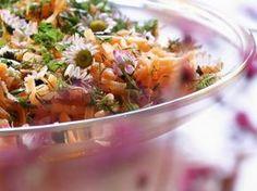 Karottensalat mit Gänseblümchen ist ein Rezept mit frischen Zutaten aus der Kategorie Gemüsesalat. Probieren Sie dieses und weitere Rezepte von EAT SMARTER!