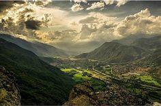 P H O T O |  @ilbalo  L O C A T I O N | Una valle bellissima che vede alternarsi prati di un verde intenso a montagne altissime ma dolci al tempo stesso: è laVal di Susa inPiemontecollegata attraverso una veloce e moderna autostrada conTorinoe con laFrancia distanti entrambe meno di unora. Italia e Francia vennero infatti collegate nel 1871 dalla galleria ferroviaria delFrejus il primo dei grandi trafori delle Alpi unopera eccezionale per lepoca lunga 12.233 metri. È proprio la presenza dei…