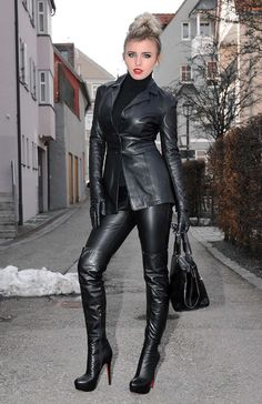 Lady in all over black outfit. She looks absolutely sexy Leather Blazer, Leather Gloves, Leather And Lace, Black Leather, Leather Trousers, Leder Outfits, Hot High Heels, Sexy Latex, Latex Girls