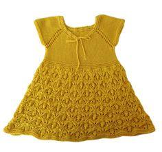 A ruha 100 % pamut baba fonalból készült,  kötényruhaként alá lehet öltözni évszaknak megfelelően. Akár egész évben hordható nyáron önmagában ősztől tavaszig időjárásnak megfelelően alá öltözve.     A kislányruha fentről kezdve körbe egybe kötve készült varrás nélkül. Lany, Summer Dresses, Knitting, Fashion, Moda, Summer Sundresses, Tricot, Fashion Styles, Breien