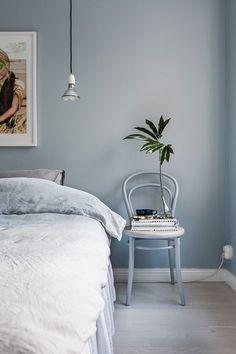 Gråblå vägg i sovrum