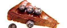 Bolo de chocolate sem farinha 3 colheres (sopa) de cacau em pó ½ xícara (chá) de cream cheese light 2 xícaras (chá) de ricotta magra 1 ovo 2 claras 3 colheres (sopa) de adoçante para forno e fogão 2 colheres (chá) de essência de baunilha https://luciliadiniz.com/bolo-de-chocolate-sem-farinha/