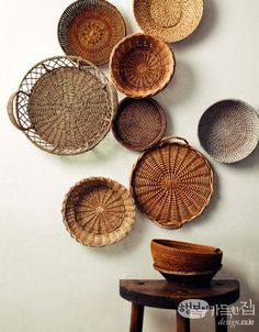 Looks Good & Costs Little! Photo Deco, Arts And Crafts, Diy Crafts, Cafe Interior, Baskets On Wall, Basket Weaving, Boho Decor, Decorative Bowls, Interior Decorating
