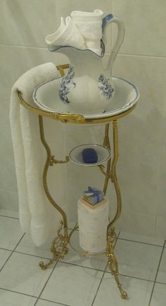 Brass Wash Stand / Ceramic Basin and pitcher. Lavabo Exterior, Antique Wash Stand, Plumbing Drawing, Outdoor Sinks, Shabby Chic Crafts, Chic Bathrooms, Dollhouse Accessories, Basin, Blue And White